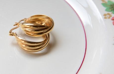 עגילי זהב מדליקים קטנים ושובבים
