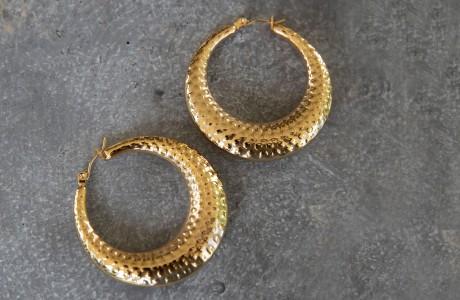 עגילי חישוק זהב מרוקעים