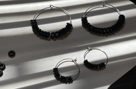 עגילי חישוק עם חרוזים שחורים