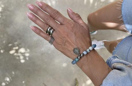 צמיד אבנים בגווני כחול עם מטבע קטן