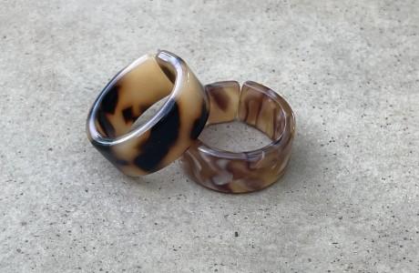 טבעת אקריל מנומרת ומשונהבת