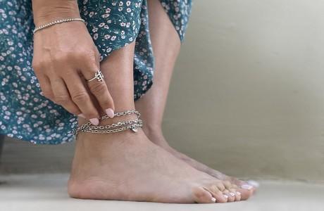 צמיד רגל שכבות תליונים קטנים ומגוונים