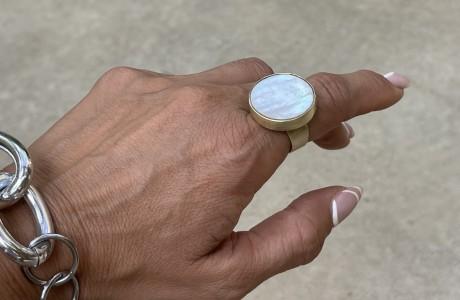 טבעת עגולה ענקית עם צדף בכסף או בזהב