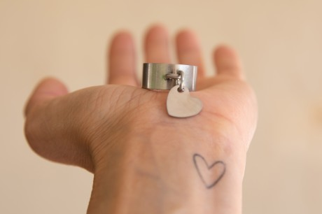 טבעת רחבה עם תליון לב בגוון מט