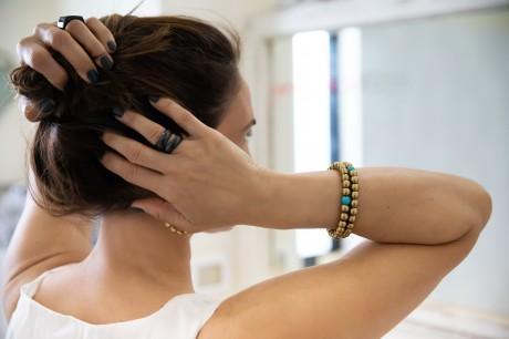 בתמונה זוג צמידים חרוזי בראס עגולים ואבן המטייט מאיה אהרוני