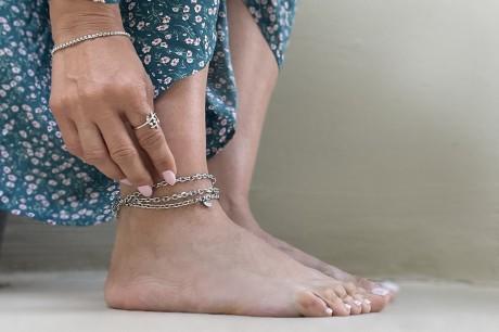צמיד שכבות לרגל , צמיד כסף עמיד במים , צמיד רגל עם תליונים , מאיה אהרוני תכשיטים