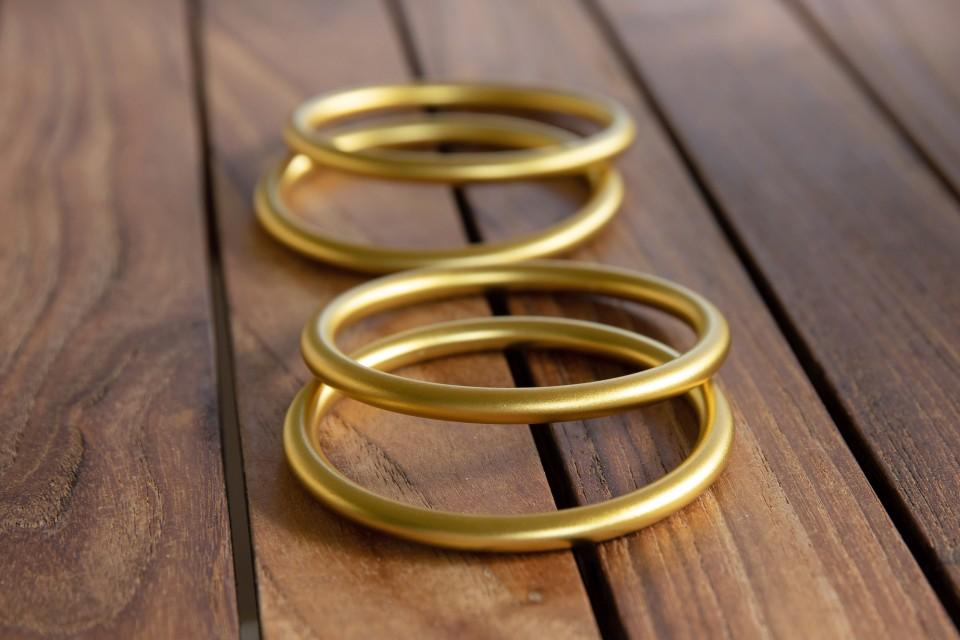 ארבעה צמידי אלומיניום הורסים בציפוי זהב מיוחד מאיה אהרוני