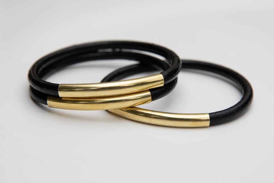3 צמידי צינורות עור שחור וזהב מאיה אהרוני