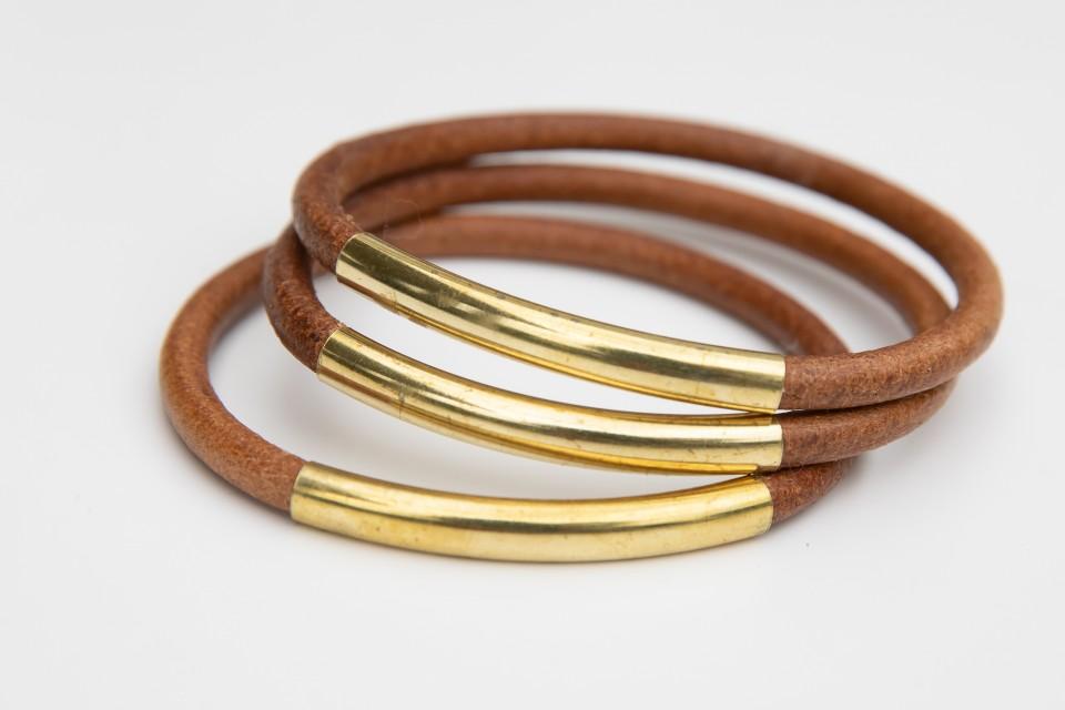 צמידי עור חום עם צינור זהב עשוי בראס מאיה אהרוני