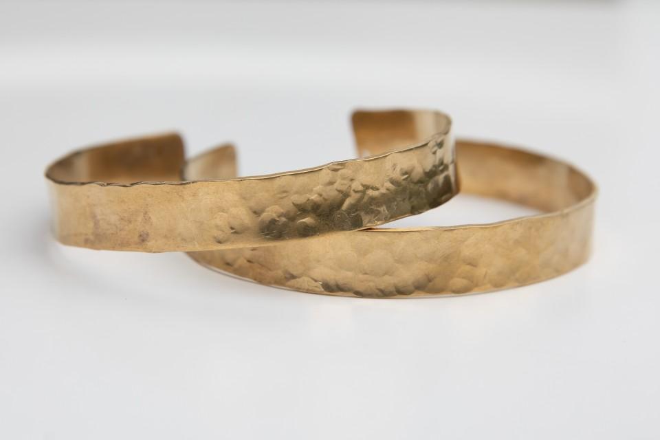 זוג צמידים רחבים מרוקעים מאיה אהרוני
